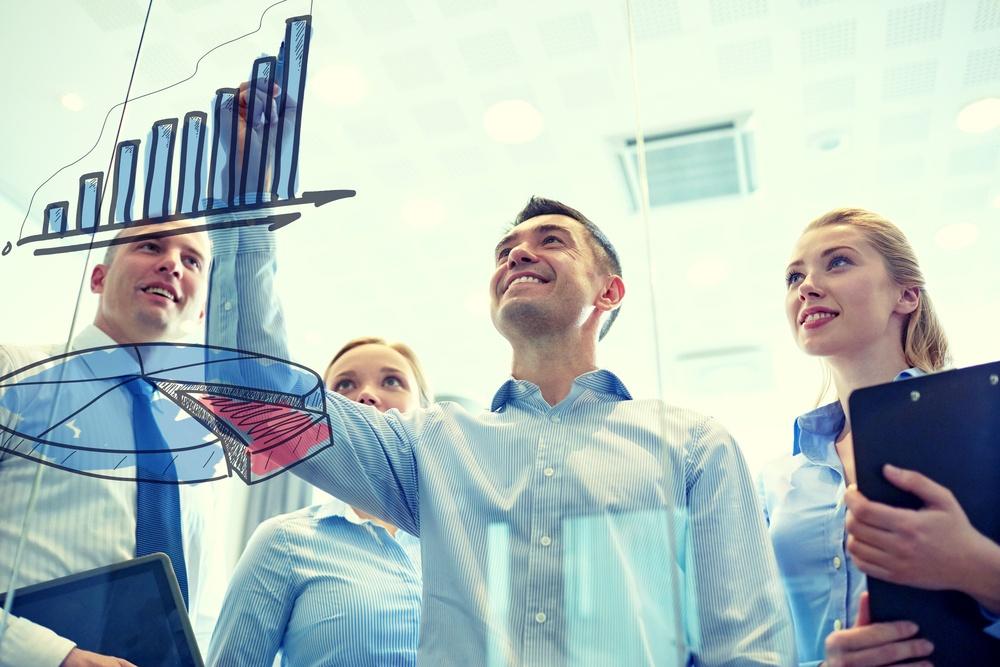 Reunião de pessoas fazendo o planejamento de vendas e operações